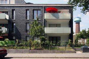 Glasbrüstungen, Putzflächen und bodentiefe Fenster gliedern die Fassade und verleihen ihr Leichtigkeit