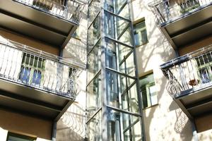 Das Eckgebäude erhielt einen Glasaufzug als Anbau. Gleichzeitig wurden die Balkone stilecht erneuert und dabei erheblich vergrößert