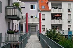Ein rückseitiger Laubengang ermöglicht den barrierefreien Zugang der Erdgeschosswohnungen. Dadurch konnte die denkmalgeschützte Straßenfassade komplett erhalten werden