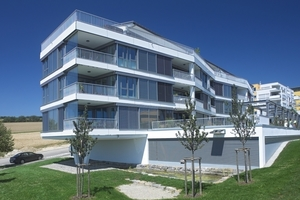 An der Südfassade öffnet sich die Wohnanlage dem Licht durch den Einsatz geschosshoher Aluminium-Fensterelemente