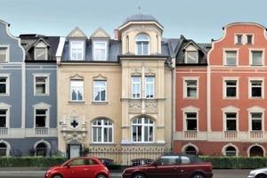 Als Basis dient eine dreigeschossige Häuserzeile bestehend aus Altbauten im klassischen Stil, die zu einem homogenen Ensemble miteinander kombiniert werden<br />