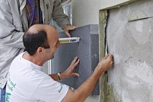 Mehrere Öffnungen an der Wand sind notwendig, um vor der Aufdopplung die Standsicherheit und Tragfähigkeit des bestehenden WDVS prüfen zu können