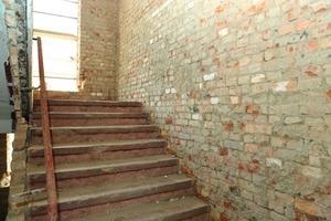 Vorher, nachher: Neu verputzt und gestaltet wirken die Treppenhäuser heute wie Bestandteile eines Neubaus. Gipsputz und -spachtel sorgen für helle, behagliche und glatte Ansichtsflächen auf den alten Mauern<br />
