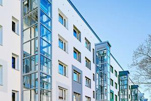 Sechs nachgerüstete Aufzüge erschließen die 90 Wohnungen der Askanischen Straße 70 - 80 in Dessau
