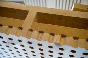 Den Einsatz von Dämmstoffen aus nachwachsenden Rohstoffen – wie hier Holzfaserplatten für den Schallschutz - erlaubt die M-HFHHolzR nicht; sie bedürfen der Einzelfallgenehmigung