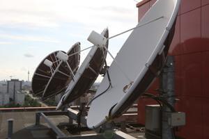 Hochleistungs-Empfangsanlage mit integrierter Beheizung auf dem Dach der Tele Columbus Großkopfstelle in Berlin