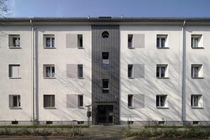 Die aus dem Jahr 1938 stammenden Hausnummern 105 bis 111 tragen Weiß als Grundton, von dem sich die schwarzen Klinker an den Treppenhäusern und die grauen Farbflächen, die die Fensterformate optisch vereinheitlichen, deutlich abheben