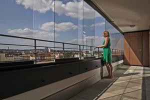 Die Balkonverglasung von Solarlux lässt flexibles Öffnen zu und wertet so Wohnraum und Balkon gleichermaßen auf