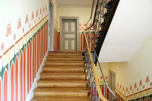 Die Original-Wandmalereien im Treppenhaus wurden freigelegt und restauriert