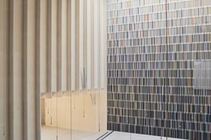 3825 farbige Holzlamellen formen die Altarrückwand der evangelischen Immanuel-Kirche