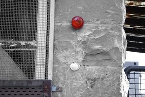 Als Feuerwehrschlüsseldepot für die Zeltstadt wurde in der Mauer eine Schlüsselhülse installiert