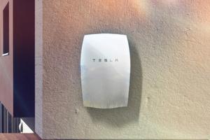 Batteriespeicher Tesla Powerwall: Gespeist mit Solarstrom einer hauseigenen Photovoltaik-Anlagemacht esselbsterzeugte Energie zeitversetzt nutzbar