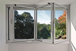 Die Glas-Faltwand ermöglicht eine Verlängerung der Nutzbarkeit der Loggien in der kühleren Jahreszeit<br />