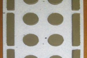 Dämmstoffplatte mit Klebemörtel vor Befestigung auf der Grundwand (Klebeflächenanteil 40%). Der Mörtel wurde mittels einer Schablone aufgebracht, so dass sich für alle Aufbauten genau gleiche Bedingungen ergaben