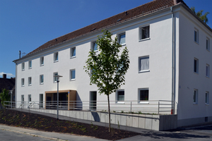 Eines der beiden Mehrfamilienhäuser nach der Sanierung – neue Fenster und Dämmung inklusive