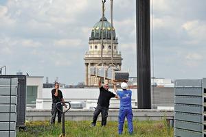 Contracting im Auswärtigen Amt: Die Bauteile für die neue Solaranlage zur Luftvorerwärmung werden installiert