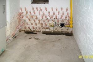 Feuchte Wand im fortgeschrittenen Stadium. Die Abdichtung kommt einer Totaloperation gleich<br />