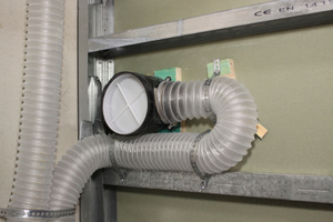Die benötigte Frischluftmenge wird den einzelnen Wohnräumen zu- und die verbrauchte Abluft gleichzeitig abgeführt