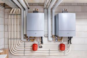 Vier Wärmepumpen mit jeweils 35,4kW Heizleistung versorgen die beiden Gebäude mit Wärme und Warmwasser. Hier die Innenmodule, die im Keller installiert wurden