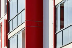 Die Schiebe-Dreh-Verglasung SL 25 schützt die Balkone vor Schall, Wind und Regen, ohne die natürliche Beleuchtung der Innenräume spürbar zu verringern