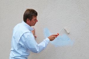Nun wird das Graffiti mit der Fassadenfarbe überarbeitet, die nach der ermittelten Farbtonrezeptur nuancengenau gemischt wurde