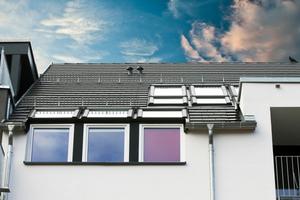 Die Roto Designo Wohn-Fassadenanschlussfenster bringen durch die große Glasfläche besonders viel Licht unters Dach