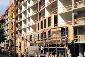 Vorgefertigte, nichttragende Holzrahmenbau-Elemente bilden die Gebäudehülle