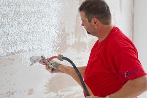 Sämtliche Wände sind mit Rotkalk verputzt. Er sorgt für ein angenehmes Raumklima und minimiert das Schimmelrisiko