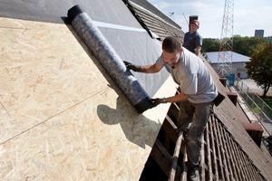 Auf die OSB-Holzwerkstoffplatten wurde eine Bitumen-Unterdeckbahn als luftdichte und dampfbremsende Schicht verlegt