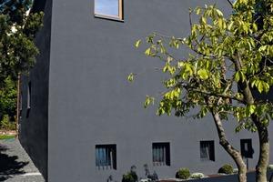 Organischer Systemaufbau: hoch belastbare und widerstandsfähige Fassade, auch bei erhöhter thermischer Belastung durch dunkle Farbtöne<br />