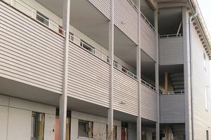 Die Erschließung des Massivholzhauses erfolgt über Laubengänge. Ein Aufzug kann bei Bedarf nachgerüstet werden
