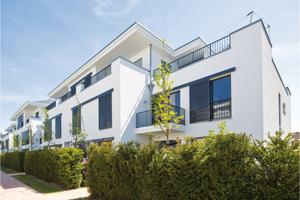 Architektonische Visitenkarte dieses Wohngebäudes in Hamburg ist die strahlend weiße Putzfassade