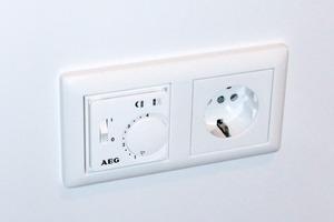Über den elektronischen AEG Einzelraumregler FTE 5050 SN lässt sich die Fußbodentemperierung bequem ein- und ausschalten. Die Kontollleuchte zeigt den Betrieb an