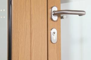 Neue Gestaltungsmöglichkeiten: Rauch- und Feuerschutztüren aus langlebigen Aluminiumprofilen mit warmer Holzoptik und -haptik