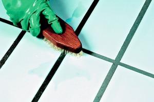 Handelsübliche Badreiniger auf Säurebasis befreien die Oberfläche effektiv von Kalk. Allerdings greifen sie auch Fugen an