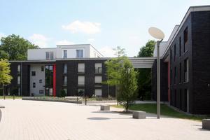 Der Quartiersplatz verknüpft die grünen Innenräume, historische Wegeverbindungen blieben erhalten