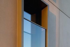 Planung im Ganzen und im Detail: Präzises Fugenbild, gezielte Ausschnitte und markante Laibungen sorgen für die Plastizität der Fertigteilfassade<br />
