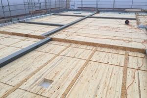 Auf eine vorgefertigte Decklage aus liegendem Brettschichtholz wurde auf der Baustelle Überbeton gegossen