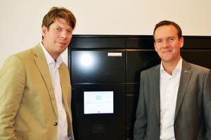 """Bauherr und Xing-Gründer Lars Hinrichs (links) und Armin Renz, Geschäftsführer der Erwin Renz Metallwarenfabrik, vor der """"my RENZ box"""" im smartesten Haus Deutschlands"""