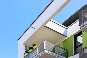 """Farbakzente an Balkonen und Fassaden übertragen das Thema """"Wohnen im Grünen"""" bis auf die Gebäude. Beim Entwurf unterstützten die Profis von StoDesign das Planungsbüro"""
