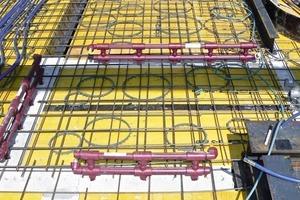 Die Temperierungsmodule werden nach einem vorgegebenen Installationsplan in die Kanäle des Mauerwerks gesteckt und mit Quarzsand verfüllt
