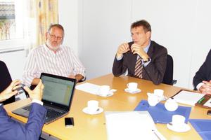 Expertenrunde zum Thema Energiesparen durch Gebäudeautomation: AWG-Vorstand Werner Schlinkert (2.v.l.) im Gespräch mit den Kieback&Peter-Spezialisten Björn Brecht (l.), Uwe Asbach (2.v.r.) und Martin Dobslaw