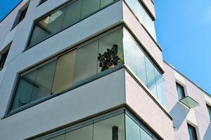Die Verglasung der bis zu vier Metern auskragenden Balkone wird auf die Brüstungen aufgesetzt und ist vollständig zu öffnen