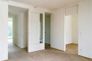 Jede der 60 Wohnungen ist durchgesteckt und besitzt Räume zu beiden Außenbereichen