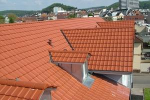 Form und Farbe des Tondachziegels passen optimal zum Dach des Gebäudes<br />