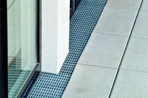 Fußpunkte von Fassaden müssen entwässert werden, hier fallen bis zu 50% des Niederschlagswassers an