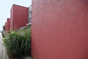 Dunkelrot gestalteten die Planer die Fassaden dieser Siedlung in Stuttgart