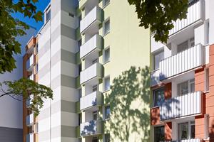 Die Farbgestaltung löst die vormals uniforme Baumasse in Einzelhäuser auf