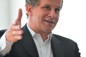 """Interview mit Andreas Epple RA, Geschäftsführer der E + K Quartier am Turm GmbH, Heidelberg<br /><div class=""""5.6 Bildunterschrift"""">Wieso realisieren Sie als privater Bauträger geförderten Wohnraum?</div><p>In Heidelberg war das Grundstück in unserer Hand. Aber die Stadt hat die Möglichkeit genutzt, durch ihr gezieltes Bauland-Management einen hohen Anteil geförderter Wohnungen bauen zu lassen. Dies ist ja möglich, wenn ein Gebiet – wie in unserem Fall ein ehemaliges Industrieareal – in eine höhere Nutzung kommt. Die preisreduzierten Wohnungen für Familien sind sozusagen die Gegenleistung für die Wertsteigerung, die das Bauland durch die Konversion erfährt. </p><div class=""""5.6 Bildunterschrift"""">Welche Anforderungen hatte das Quartier am Turm?</div><p>Zunächst einmal haben wir in Zusammenarbeit mit einer Anzahl von Architekturbüros und künstlerischen Beratern einen hohen Anspruch an die differenzierte Gestaltung der Bauten und an den öffentlichen Raum gestellt. Im konkreten Fall heißt das, dass wir mehr als das Doppelte für Außenanlagen ausgegeben haben, als üblicherweise angesetzt wird. Wir haben trotzdem nicht hochpreisig, sondern für eine durchschnittliche Klientel gebaut. Das erfordert eine ökonomische Bauweise, etwa mit Bauelementen für den Innenausbau, die einen zügigen Baufortschritt sichern. Unser Motto ist: erstklassiger Städtebau, außergewöhnliche Außenanlagen und Wohnraum in ausgesuchter und langlebiger Qualität. Damit uns dies gelingt, setzen wir über die Größe des Projektes auf rationelle Fertigung.<br /></p>Was raten Sie Kommunen?<br /><p>In Deutschland gilt: Small is beautiful, also sollen möglichst viele Bauträger auf projektierten Baugebieten bauen. Meiner Meinung nach sollten Städte mehr Offenheit für langfristige Partnerschaften mit Unternehmen entwickeln, die bereit sind, Verantwortung für das Gesamtgebiet zu übernehmen. Der oftmals zu Recht geschmähte Investorenbau entsteht, wenn Investoren Bauvorhaben in kurzer Zeit realisieren und dann gleich da"""