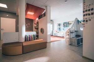 Helle Räume, warme Farben und eine Fußbodenheizung sorgen für Wohlfühlatmosphäre in der neuen KiTa